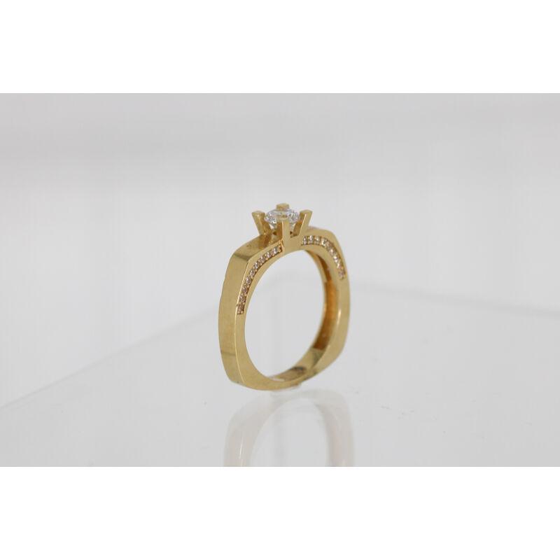lenyűgöző köves arany eljegyzési gyűrű