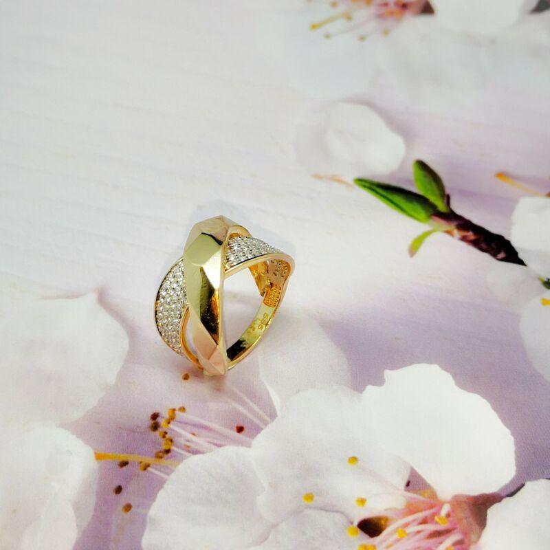 Modern vonalvezetésű 14 karátos köves arany gyűrű