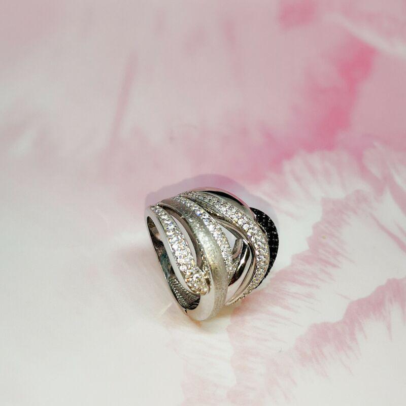 Lenyűgöző, modern fehérarany gyűrű