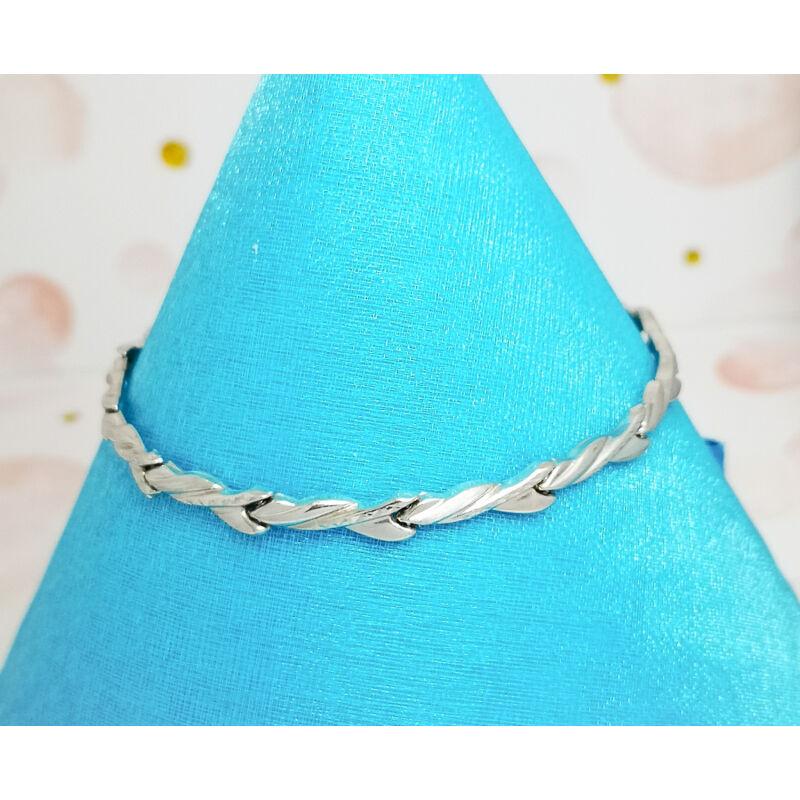 elegáns vésett mintával díszített ezüst karkötő